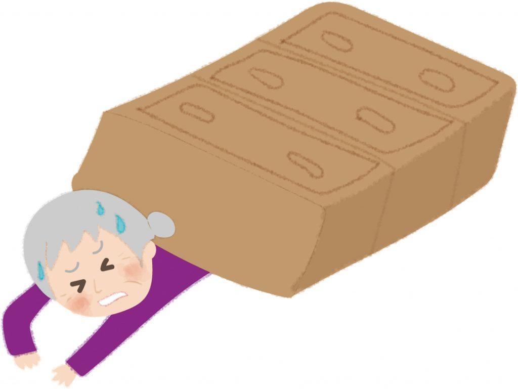 地震で家具が倒れ下敷きになるお婆さんの無料